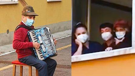 Non può fare visita alla moglie malata. A 81 anni suona una serenata sotto la stanza dell'ospedale
