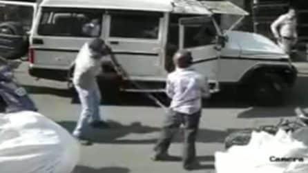 Poliziotto provoca incidente e poi picchia la vittima: immagini assurde