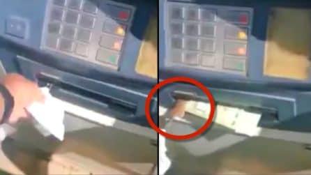 Va a ritirare soldi allo sportello del bancomat: trova una brutta sorpresa