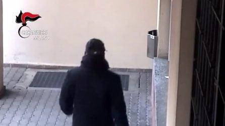 Con un finto distintivo dei carabinieri ha truffato cinque anziane: 27enne arrestato a Pioltello