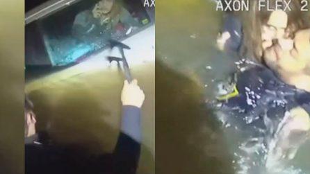 Donna sta affondando nel lago, intrappolata in macchina: poliziotti formano una catena e la salvano