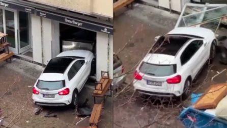 In evidente stato di confusione mentale: l'uomo entra più volte con la Mercedes nell'hamburgeria