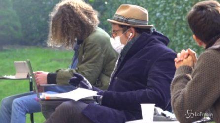 Milano, il professore organizza la lezione di filosofia nel cortile del liceo