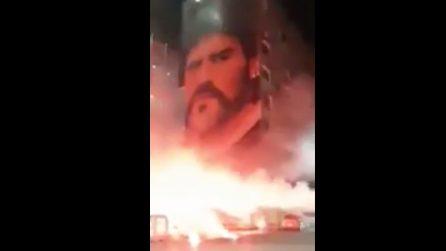 Fuochi d'artificio e applausi davanti al murales di Maradona a San Giovanni a Teduccio