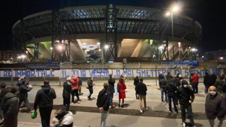 Morte Diego Armando Maradona, folla fuori lo stadio San Paolo per celebrarlo