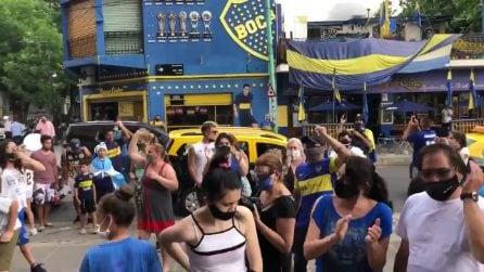 Morte Diego Maradona, centinaia di persone in strada lo celebrano alla Bombonera