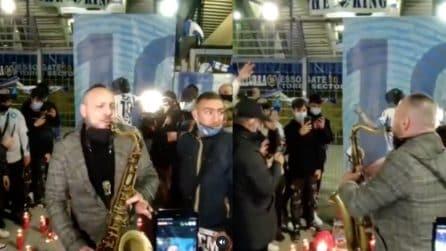 Maradona, l'omaggio da brividi dei tifosi all'esterno del San Paolo