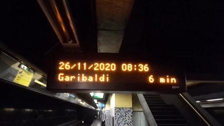 I cori per Maradona nelle fermate della metropolitana