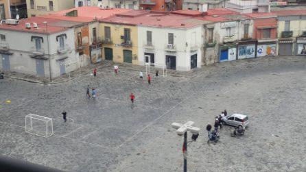 Zona rossa, a Napoli si gioca a calcetto in piazza Mercato, incuranti del lockdown Covid