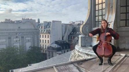 """""""Ci salverà la bellezza, non una serie tv"""", la violoncellista suona sui tetti di Parigi"""