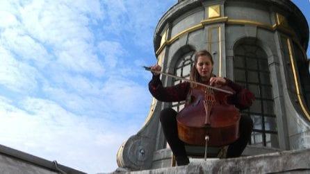 La violoncellista che suona sui tetti dei musei di Parigi