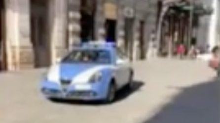 """Malore in strada a Bari, la Polizia all'altoparlante: """"Il 118 tarda ad arrivare. Serve un medico"""""""