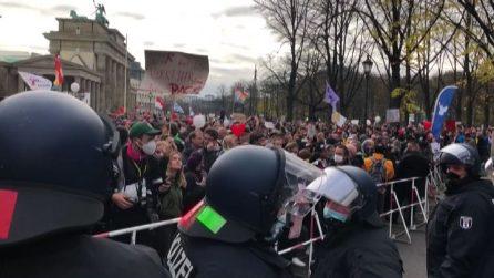 Covid-19, a Berlino migliaia in piazza contro le restrizioni