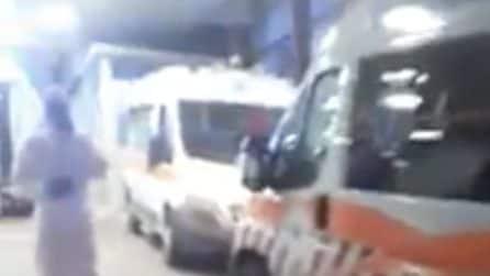 """Fila di ambulanze all'esterno del Pronto Soccorso dell'ospedale del Gargano: """"È un casino"""""""