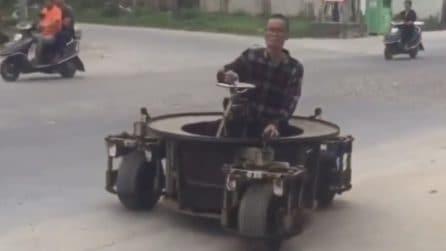 Inventa una piccola auto a 3 ruote: può girare ddapertutto in un attimo