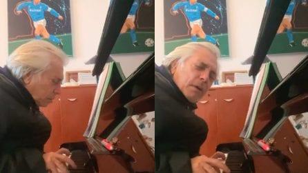 """Nino D'Angelo canta per Maradona con la voce rotta dall'emozione: """"Sai perché, mi batte il corazon?"""""""