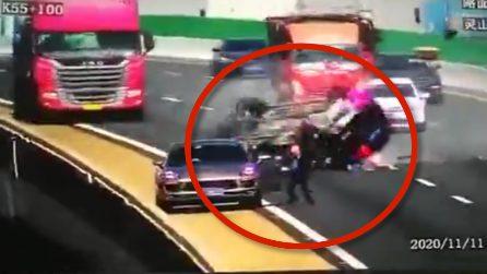 Quest'uomo scappa dalla sua auto per salvarsi la vita
