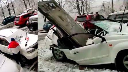 Perché è pericoloso sostare sotto gli edifici quando nevica: le immagini sono impressionanti