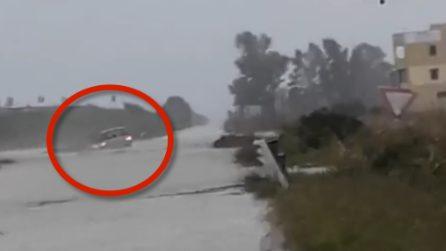 Crotone, donna resta intrappolata nella sua auto sommersa: salvataggio spettacolare