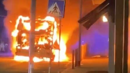 Roma, autobus in fiamme: una palla di fuoco si muove in strada
