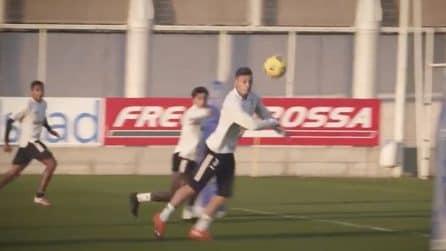 Tiri in porta e sfida con i portieri durante l'allenamento della Juve