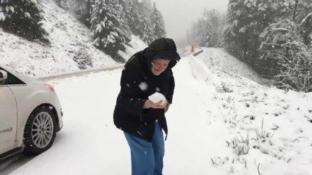 Ha 101 anni e ama la neve: fa fermare il figlio per giocare in strada con lui