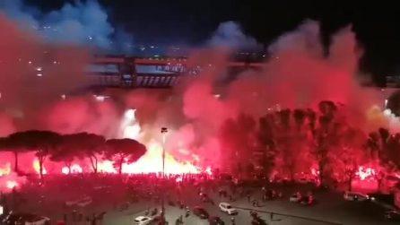 """""""Ho visto Maradona"""", il coro da brividi dei tifosi fuori al San Paolo in omaggio al campione argentino"""