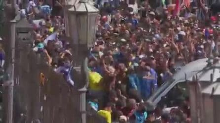 Migliaia di persone provano a scavalcare le recinzioni alla Casa Rosada per vedere la salma di Maradona