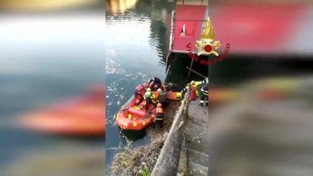 Bergamo, uomo cade nel fiume e rischia di annegare: salvato dai vigili del fuoco
