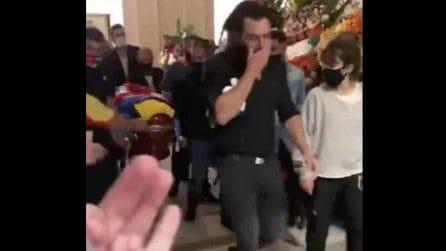 Diego Armando Maradona, la bara viene spostata a causa degli incidenti