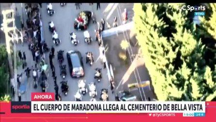 Buenos Aires, corteo funebre accompagna la bara di Diego Maradona al cimitero