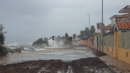 Maltempo, il mare arriva quasi nelle case a Capoterra