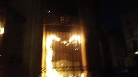 Violente proteste a Parigi, alle fiamme la facciata della Banca di Francia