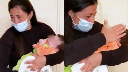 Positiva al Covid poco prima del parto: l'emozione del primo abbraccio a sua figlia dopo 36 giorni