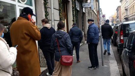 Milano, code davanti ai negozi nella prima domenica arancione