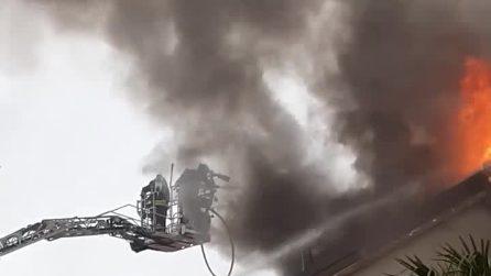 Due villette avvolte in fiamme: paura a Novate Milanese per un incendio