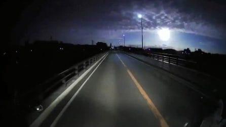 Una palla di fuoco illumina la notte: il bolide ripreso in cielo