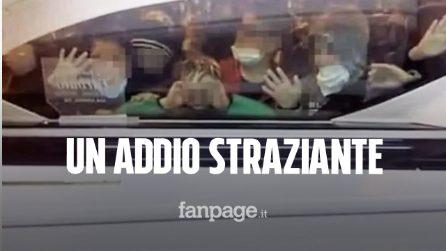 Taranto, l'ultimo saluto degli amichetti aggrappati alla bara di Vincenzo: morto di cancro a 11 anni