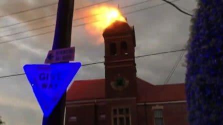 Il fulmine colpisce una chiesa a Sydney, in fiamme il campanile