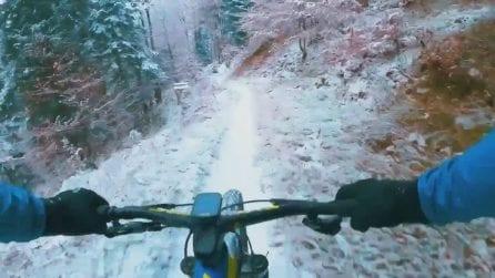 In mountain bike a tutta velocità sulla neve: l'ultima prodezza di Nino Schurter