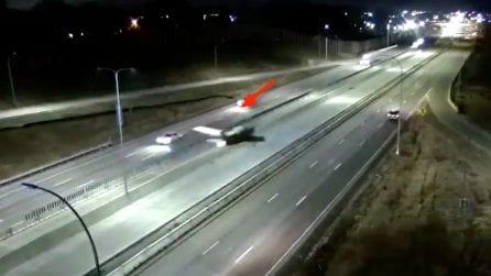 Stati Uniti, un aereo compie un atterraggio di emergenza in autostrada