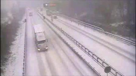 Neve in Liguria, traffico bloccato sull'A6: caos in autostrada