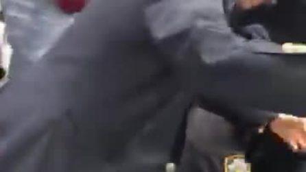 """""""State facendo del male al bambino"""", il video choc della violenza degli agenti di New York"""