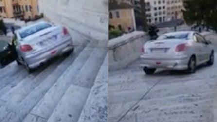 Roma, ubriaco finisce con l'auto sulla scalinata di Trinità dei Monti: il recupero del veicolo