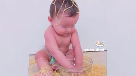 Il bimbo è innamorato degli spaghetti: la scena esilarante