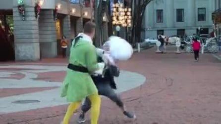 Si traveste da elfo e improvvisa qualcosa di assurdo in strada: le immagini esilaranti