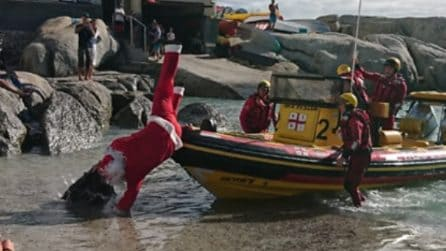 Babbo Natale arriva in barca ma c'è un piccolo imprevisto