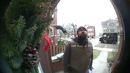 Sta effettuando una consegna, ma viene aggredito alle spalle: le telecamere riprendono tutto
