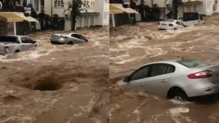 Il vortice d'acqua risucchia le auto: le immagini terrificanti