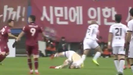 Giappone, il calciatore rischia di rompersi il collo durante la partita: la caduta è da brividi